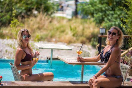 girlsinpool pool modelphoto drinks aperolspritz poollounge swimsuit alanya hotel