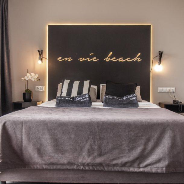 suite deluxesuite hotelbed bed bedhead wine hotelsuite alanya hotelalanya seaview